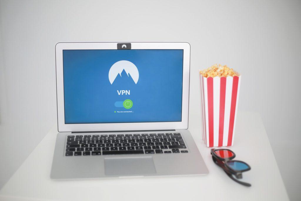 Een laptop met VPN om te streamen